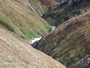 谷間に雪渓