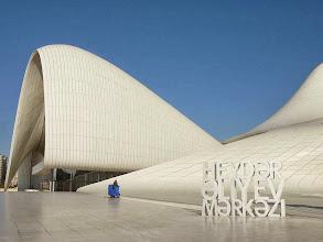 Photo: Hejdar Alijev központ sétánya építészeti csoda modern építészet