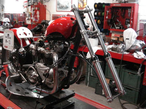 La moto de Bill Carbu en cours de révision chez Machines et Moteurs.