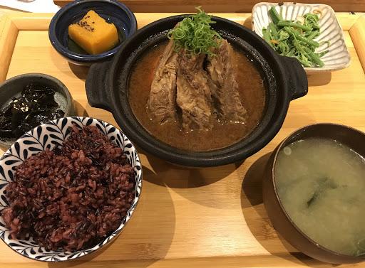 燉牛肉軟嫩香氣四溢!米飯可以選白飯或是紫米飯,配菜健康又好吃,可以無限續飯跟湯~
