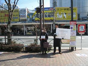 Photo: 3月にしては底冷えのする土曜日、行きかう若者や若いカップルは積極的に募金に協力してくださいました。