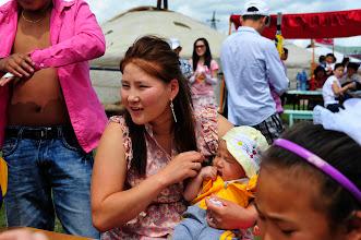 Photo: Naadam - On vient de partout et en famille à l'occasion des festivités. On remarquera que malgré un type asiatique marqué, de nombreux Mongols ont la peau aussi blanche que les européens. Faut-il y voir un résultat du brassage ethnique qui se produit en Mongolie depuis plus d'un millénaire ?