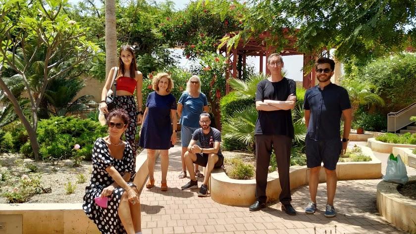 El equipo que ha participado en la primera jornada de rodaje, con la directora, Carmen K. Salmerón, a la izquierda.