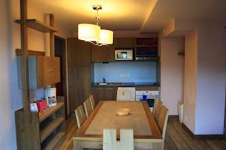 Photo: Aperçu du coin cuisine/salle à manger d'un des appartements de la résidence Deneb, à Risoul, dans les Alpes du Sud.