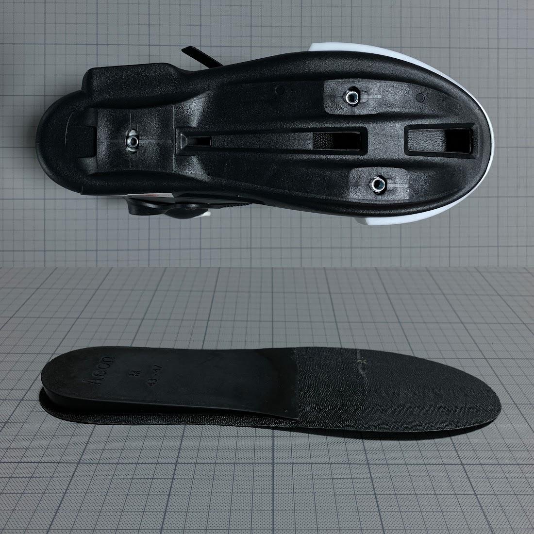 写真2 上:ソールの下 下:ショック吸収材が付いているインナーブーツ下のパーツ