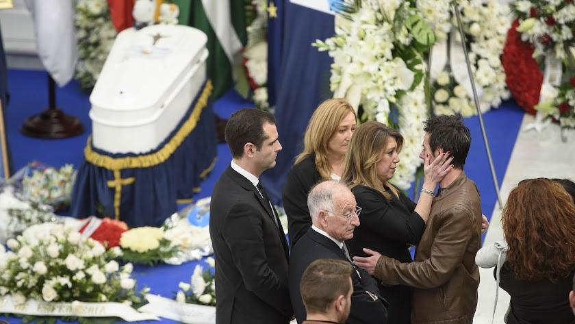Susana Díaz expresa sus condolencias a Ángel Cruz, padre de Gabriel.