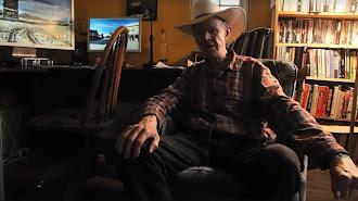 El cineasta Alex Cox, en un fotograma del vídeo dirigido a Tabernas.