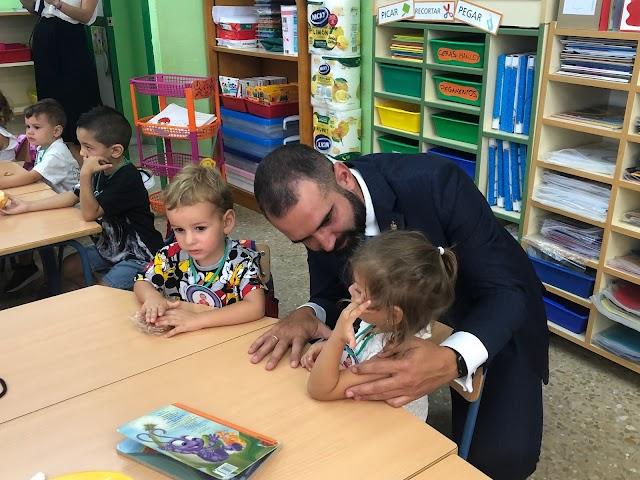 Fernández-Pacheco hablando con una alumna de Infantil.