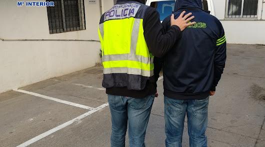 Imagen de la Policía Nacional deteniendo al fugitivo.