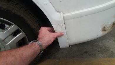 Photo: La rotura ha sido limpia, así que se puede unir. No merece la pena pegarlo, porque se volverá a separar por efecto de alguna torsión. Una manera efectiva, es graparlo.
