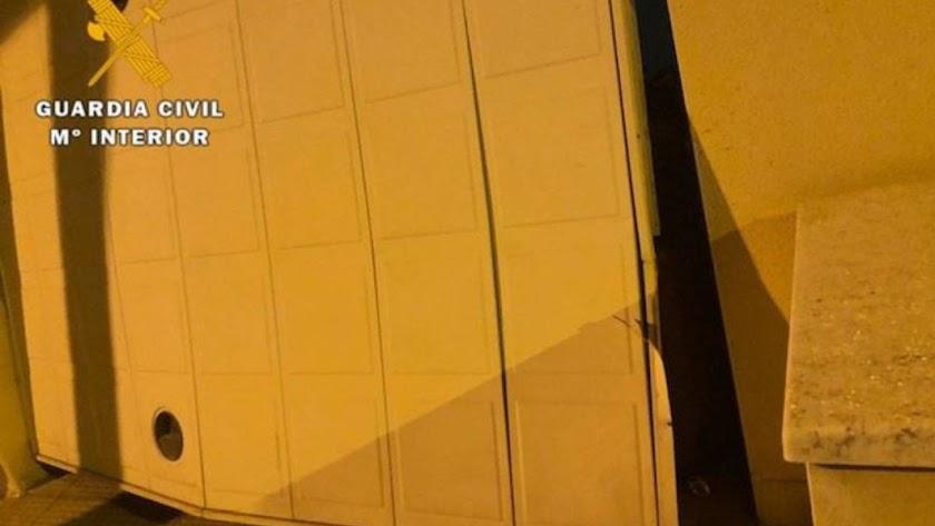 La puerta del garaje de la vivienda en la que entraron a robar estaba forzada cuando llegó la Guardia Civil.