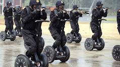 Policías durante un entrenamiento con un Segway.