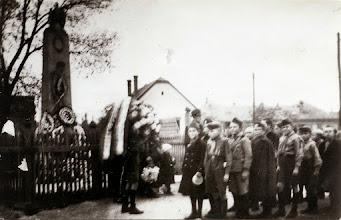 Photo: A hősök szobrának megkoszorúzása1938. nov. 1.Elöl: Klenk József és Richtár Ferenc