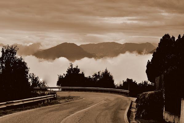 Una strada verso le nuvole di dile.bro