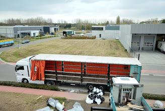 Photo: 08-11-2012 © ervanofoto Nadat de laatste elementen voor het dak gelost zijn haast de chauffeur zich zijn wagen weer rijklaar te maken om huiswaarts te keren. Hij heeft nog een lange rit voor de boeg.