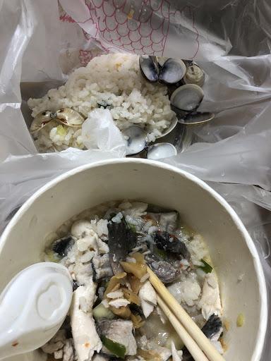 明明說了要飯少一點,放一堆!飯都被湯蓋過!我叫的是海產粥加料ㄚ⋯⋯沒湯還味道變很怪超噁!我根本吃不到3口就丟了!
