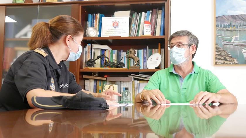El alcalde abderitano se reúne con la Policia Local para concretar actuaciones.