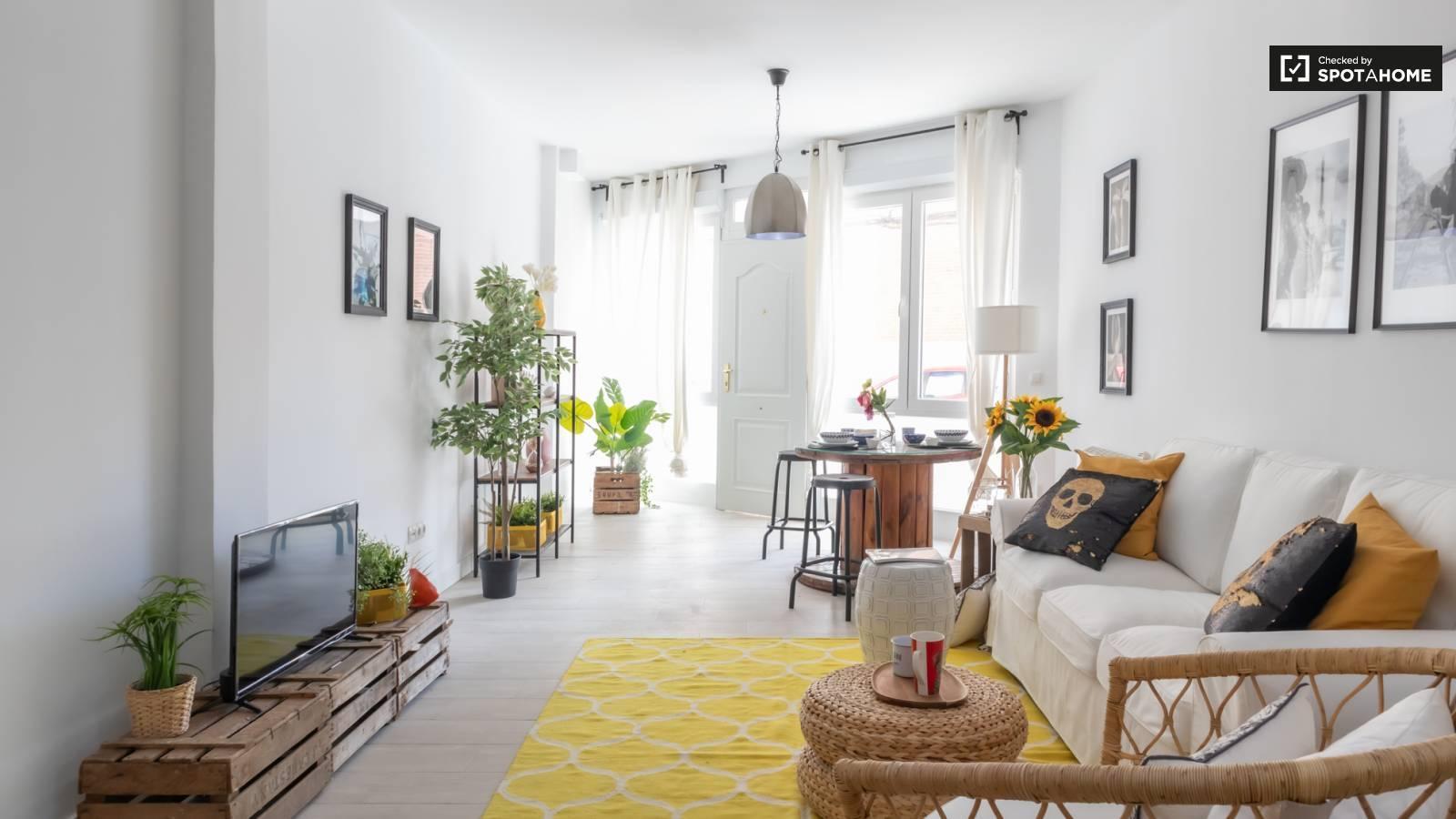 Cuarto de sala con muebles de madera  Descripción generada automáticamente