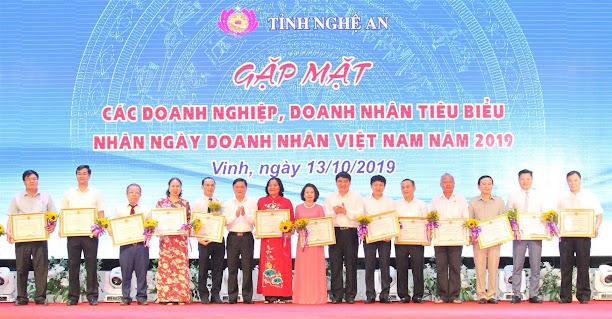 Nghệ An luôn chú trọng hỗ trợ, tạo điều kiện cho doanh nghiệp phát triển sản xuất, kinh doanh (Trong ảnh: 15 doanh nghiệp có nhiều đóng góp tích cực vào sự phát triển KT-XH của tỉnh năm 2019  được nhận Bằng khen của Chủ tịch UBND tỉnh)