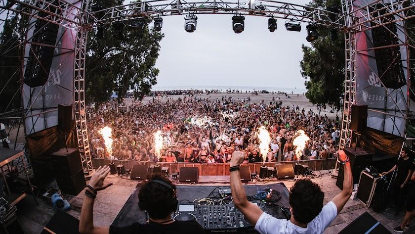 El festival se estrenó a lo grande en Villaricos con una multitudinaria fiesta de bienvenida
