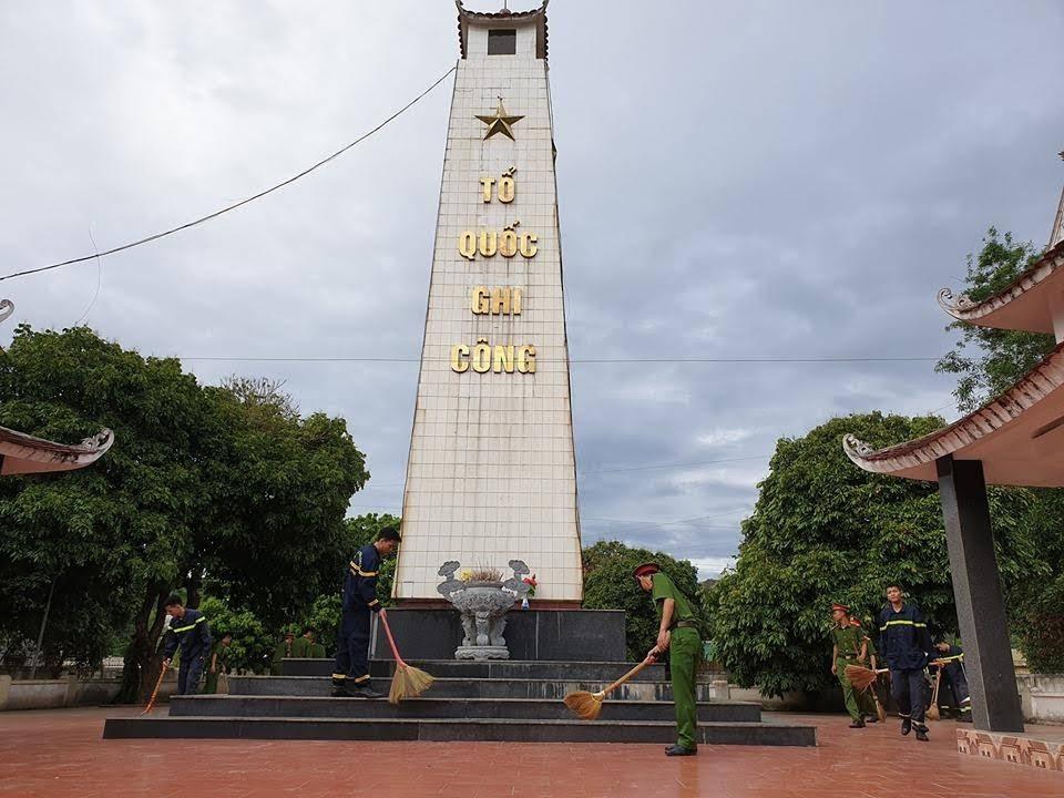 Dọn dẹp vệ sinh tại nghĩa trang liệt sỹ huyện Con Cuông.