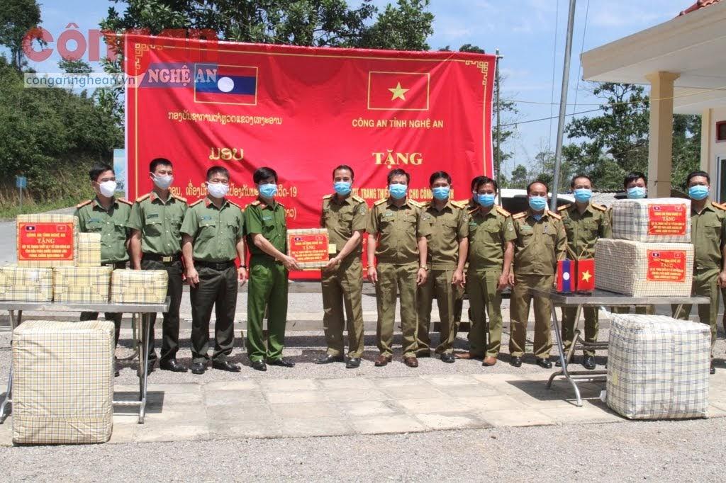 Đoàn công tác Công an tỉnh do đồng chí Đại tá Nguyễn Đức Hải, Phó Giám đốc Công an tỉnh làm Trưởng đoàn trao quà cho Công an tỉnh Hủa Phăn.