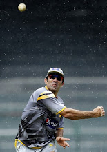 Photo: Pakistan's captain Misbah-ul-Haq throws a ball during a practice session ahead of their fourth One Day International cricket match against Sri Lanka, in Colombo June 15, 2012. REUTERS/Dinuka Liyanawatte (SRI LANKA - Tags: SPORT CRICKET)