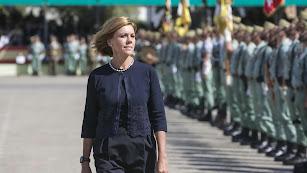 María Dolores de Cospedal pasa revista a las tropas en la Base de la Legión de Almería