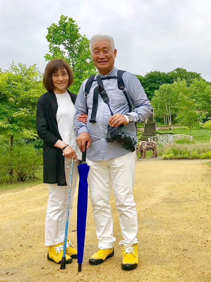 傘と杖を持って、ゆっくりと楽しむ二人(写真提供:阿部くん)