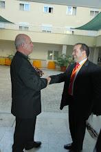 Photo: Obispo y uno de los presentadores