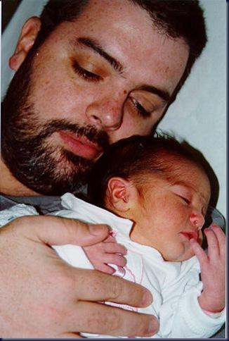 Carolina en brazos de Papá
