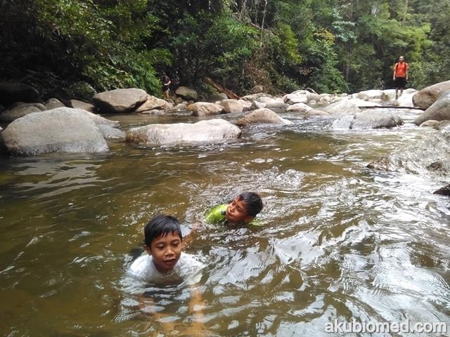 anak-anak puas mandi air sungai yang dingin dan sejuk