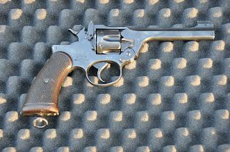 Photo: Kompaktní britský armádní revolver Enfield No.2 Mk.1. Hojně využívaný britským letectvem za 2. světové války. Jeho obsluhu si mohli zajisté vyzkoušet i příslušníci českých perutí Royal Air Force, originální značku RAF si můžete prohlédnou pod bubínkem zbraně, revolver měl unikátní systém odklopení celého systému hlavně i s bubnem dolů při přebíjení, což bylo velmi praktické a pohodlné v kokpitu letadla.  Autor popisku: Štěpán Pravda, student 1. A.