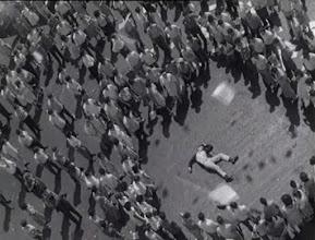 """Photo: Um dos belísimos planos de""""Eu Sou Cuba"""": após a queda de um estudante que jogava panfletos em cima de um prédio, observamos os papéis que permanecem voando e criando sombras no chão."""