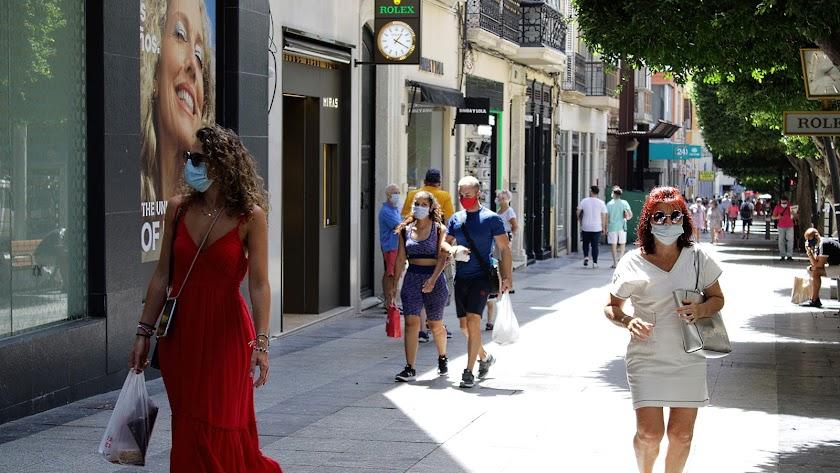 Viandantes en el Paseo de Almería.