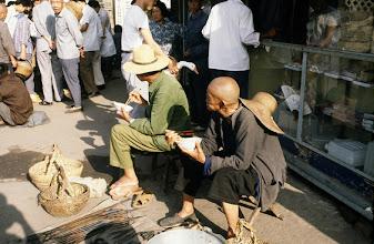 Photo: 11104 鎮江/自由市場/道端での食事
