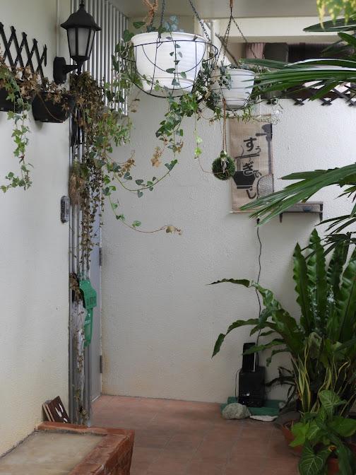 那覇市 すぅーぎぃーじぃーの玄関付近の外観