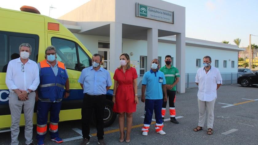 La delegada del Gobierno junto al alcalde de Pulpí y personal médico del centro.
