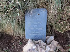 Photo: Pasado el  Alto del Acebo , una placa de pizarra  marcando el límite entre Asturias y Galicia