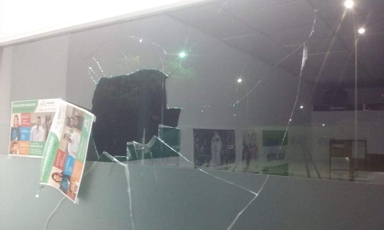 Podemos condena el ataque a la sede de La Línea mientras celebraban una asamblea