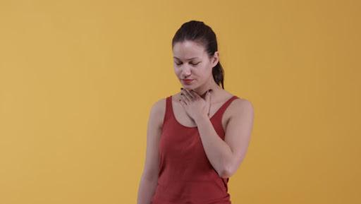 Bà bầu khô miệng khi mang thai nguyên nhân, triệu chứng và cách khắc phục