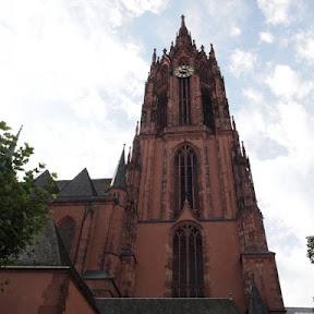 ドイツ・フランクフルトのシンボルである大聖堂の塔から、再建を終えたばかりの旧市街を見下ろす