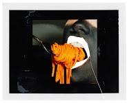 oranje spaghetti in mond van zwart gezicht met witte lippen