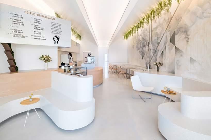 Un Pie Grande rodeado por una pared verde da la bienvenida a los clientes a esta cafetería