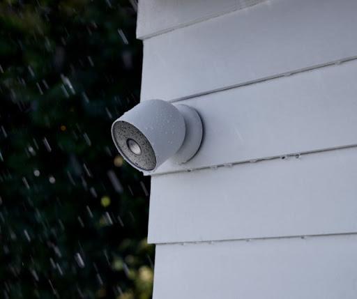 屋外の壁に取り付けられた Google Nest Cam の画像