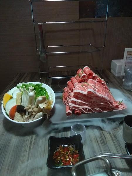 這間火鍋店的牛肉非常好吃,肉質鮮嫩。鸭血也很好吃。 店員服務十分友善和介紹很詳細。 我會介紹在香港的朋友吃火煱。 讚!