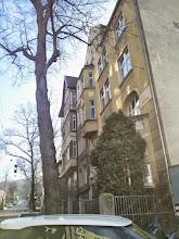 Photo: Interessante Kombination an der Kreuzung Buscheystraße: Parklandschaft und Gründerzeitfassaden. Sogar die kleinen Vorgärten haben sich hier erhalten!