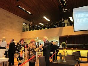 Photo: Eröffnung Linzer Musiktheater am 11. 4. 2013. Heide Müller (Linzer Mitarbeiterin( und Dr. Sieglinde Pfabigan (Heft-Merker Chefredakteurin)  bei der Feier. Foto: Renate Cupak