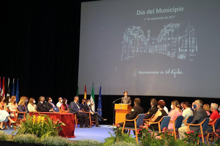 Ambiente festivo en el Teatro Auditorio de El Ejido.