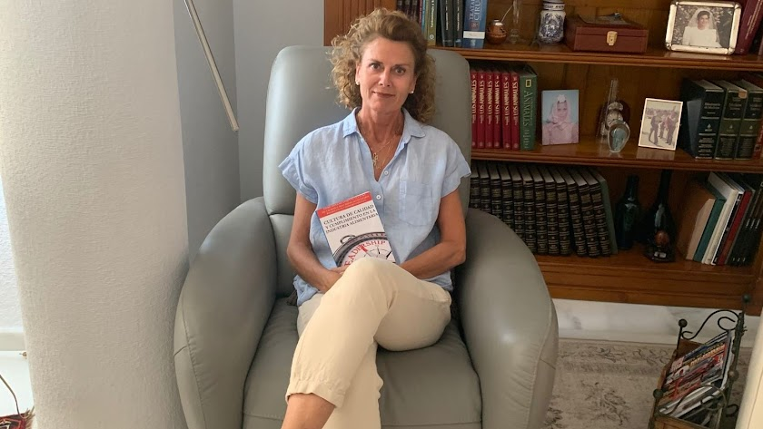María Ángeles Martín posa con su nuevo libro.